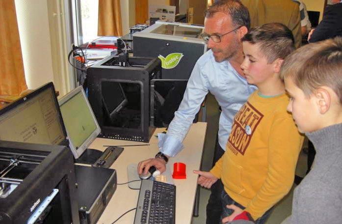 Laurent Jarige explique le fonctionnement du « Fab lab ».